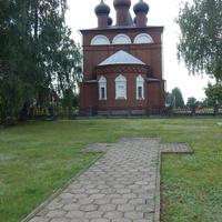 Вид на Свято-Никольскую церковь со стороны сквера (дорожка от могил к церкви выложена в форме креста)