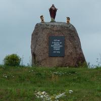 Мемориальный камень на холме у костела