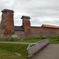 Восстановленная стена Кревского замка