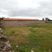 Вид на восстановленную стену с внутренней территории замка