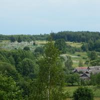 Вид с Юрьевой горы на дома и местное кладбище