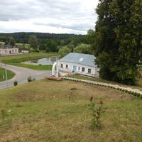 Вид с холма на дом священника и дорожку к храму.