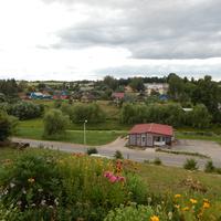 Вид с холма на деревню Райца (на переднем плане - продовольственный магазин).