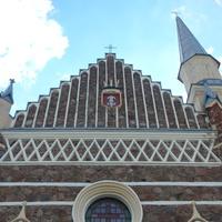 Крупный план верхней части костела.