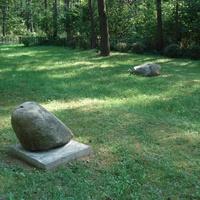 На площади братской могилы мемориального комплекса выложено 27 валунов.