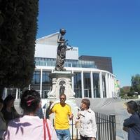 Театр Марло. Перед театром статуя Музы в окружении персонажей из пьес Марло