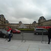 Площадка дворца Лувра с его пирамидой