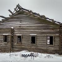 разрушенный дом в д. Угрюмовская