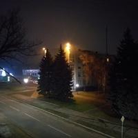 Центральна площа в нічний час.