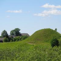 Деревня Устье, старинное поселение. В самой деревне находится 9 курганов, 9 - 11 век.