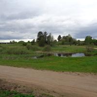Деревня Устье расположена у истока речки Меглинка, которая вытекает из озера Меглинского.