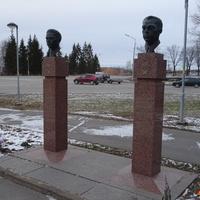 Памятники Героям Советского Союза: Сергея Ульянова и Александра Сидорова, родившихся в Киришах. Их установили к 65 годовщине освобождения Киришей, 4 октября 2008 года.