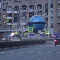 Памятник в виде глобуса расположен в центре круглой площади.На Глобусе находятся часы, показывающие время в столицах разных стран мира.