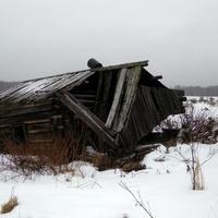 разрушенное строение в д. Верхотина
