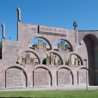 Эчмиадзин. Древние хачкары — стелы с резным изображением креста.Они привезены со всех уголков Армении.