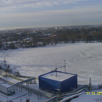 Озеро Чёрное (Шатурское), на переднем плане насосная ПГУ, за озером - панорама города