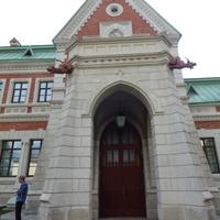 Главный вход во дворец находится под охраной двух драконов
