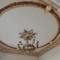 Фрагмент оформления потолка с жырандолью