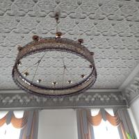 Фрагмент потолка в восточном стиле с жырандолью
