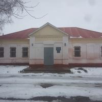 Был дом при Храме, потом клуб, сейчас- врачебная амбулатория.