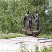 Памятник Петру и Февронии  около часовни