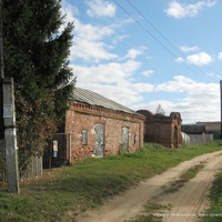 Часовня и старинная постройка  в  Ларионово (Филино)
