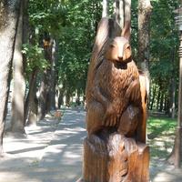 Скульптура белочки, вырезанная из ствола дерева