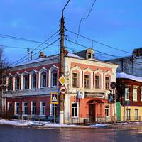 Старый жилой дом на перекрёстке улиц Свердлова и Ленина.