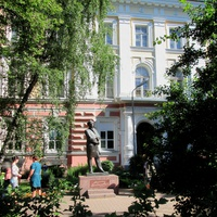 У входа в Ярославский госуниверситет имени Демидова.