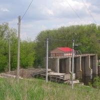 Восстановленная в 2020 г.  после 30 с лишним лет простоя,действующая ГЭС села Большая Яблоновка построенная в 1953 году.Вид с левого берега реки Тясмин.