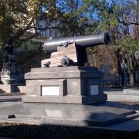 """Памятник пушке с фрегата """"Тигр""""."""
