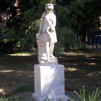 """Скульптура """"Купающаяся Диана""""."""