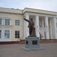 Памятник Ильичу от рабочих и крестьян
