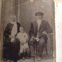 Жители дер.Шмакова Балка-Ефрем и Прасковья Стрыгины с внучкой Лидой.Мои прапрадед и прапрабабушка с моей бабушкой