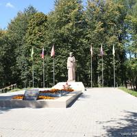 """Скульптура """"Скорбящая мать"""" у братского захоронения воинов, умерших от ран в госпитале г. Киржач в 1941-1945 г"""