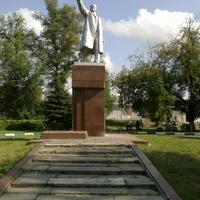 Памятник В.И. Ленину  в сквере у городского парка, открыт 7 ноября 1933 г.