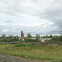 с. Торчино, на дальнем плане  церковь Николая Чудотворца