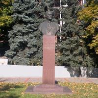 Памятник Николаю Александровичу Тихонову.