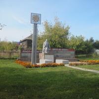 Мемориал погибшим землякам на территории Гольянской СОШ.