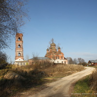 Гатиха, вид на ул. Садовая и церковь Троицы Живоначальной