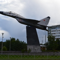 МиГ-29. Памятник установлен в честь увековечивания авиаторов , защищавших Родину во время Великой Отечественной войны, а также привнесших свой вклад в процветание Отечества в мирное и послевоенное время