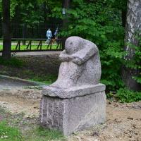 Каменная скульптура в городском парке. Город Обнинск