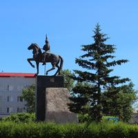 Памятник Кабанбай батыру на привокзальной площади