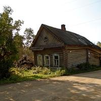 Старый дом у дороги.