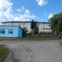 Поселковая школа (на заднем плане)