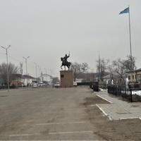 Памятник Махамбету (заднем плане музей)