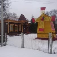Историко-художественный музей. Декоративная мельница на территории музейного двора