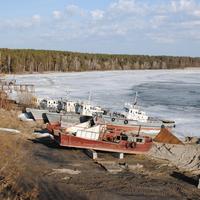 Флот местного рыбозавода в ожидании большой воды.