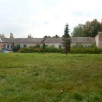 Здание сельской школы, построенной на фундаменте усадебного дома Повалишина