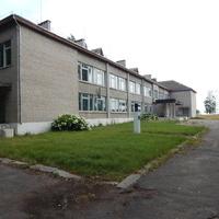 Здание сельской школы, перед которым установлен бюст И.Домейко
